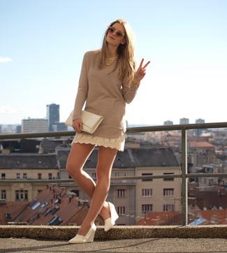 Cómo combinar: collar dorado, cartera sobre de cuero blanca, zapatos con cuña de cuero blancos, vestido jersey en beige