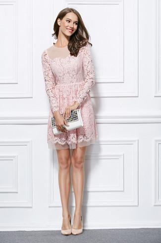 Cómo combinar: anillo negro, cartera sobre de cuero con adornos blanca, zapatos de tacón de cuero en beige, vestido de vuelo de encaje rosado