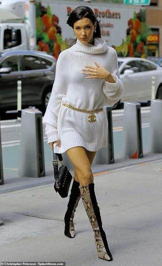 Cómo combinar: correa dorada, cartera sobre de cuero negra, botas de caña alta de ante negras, vestido jersey blanco