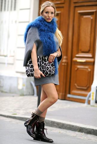 Cómo combinar: bufanda de pelo azul, cartera sobre de ante de leopardo blanca, botas planas con cordones de cuero negras, vestido recto de lana gris