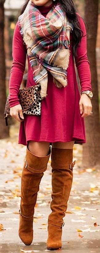 Cómo combinar: bufanda de tartán en multicolor, cartera sobre de ante de leopardo marrón claro, botas sobre la rodilla de ante en tabaco, vestido casual rojo