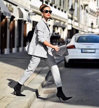 Cómo combinar: gafas de sol negras, cartera sobre de cuero negra, botines de elástico negros, traje de tartán gris