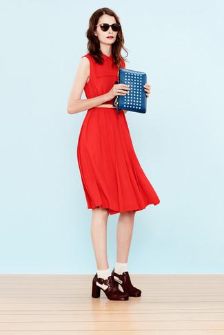 Cómo combinar: correa de cuero en beige, cartera sobre de cuero con tachuelas azul, botines de cuero burdeos, vestido midi rojo