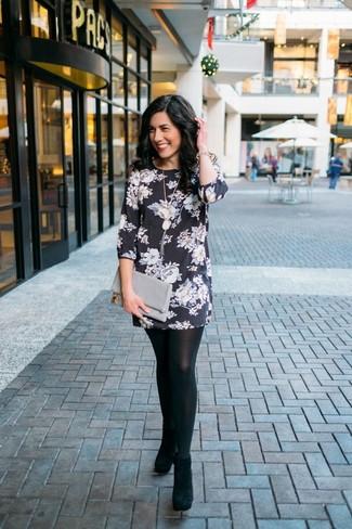 Cómo combinar: pulsera dorada, cartera sobre de cuero gris, botines de ante negros, vestido recto con print de flores en negro y blanco