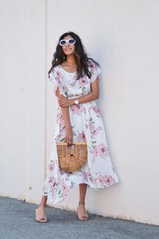 Combinar unas chinelas de cuero en beige: Opta por un vestido midi con print de flores blanco para lidiar sin esfuerzo con lo que sea que te traiga el día. Haz chinelas de cuero en beige tu calzado para mostrar tu lado fashionista.