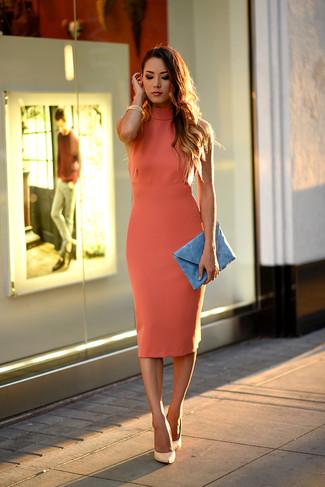 Vestido naranja y zapatos azules