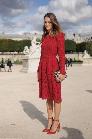 Cómo combinar: cartera sobre de ante de leopardo marrón claro, zapatos de tacón de cuero rojos, vestido skater de encaje rojo