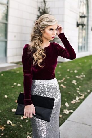 Outfits mujeres estilo elegante: Casa una blusa de manga larga de terciopelo burdeos junto a una falda lápiz de lentejuelas plateada para un lindo look para el trabajo.