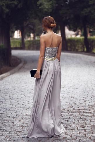 Combinar una cartera sobre de ante negra: Casa un vestido de noche con adornos gris con una cartera sobre de ante negra para un look diario sin parecer demasiado arreglada.