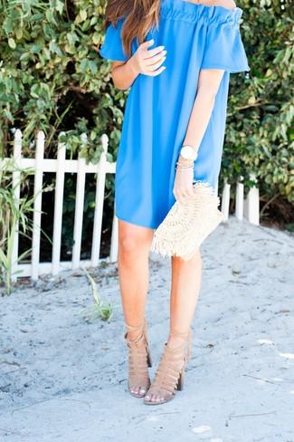 Combinar un vestido con hombros al descubierto azul: Utiliza un vestido con hombros al descubierto azul transmitirán una vibra libre y relajada. Sandalias de tacón de ante en beige son una opción atractiva para complementar tu atuendo.