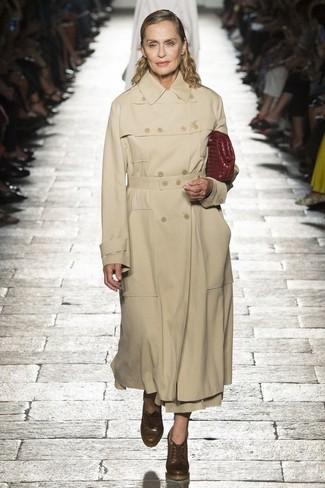 Cómo combinar: cartera sobre de cuero burdeos, botines con cordones de cuero marrónes, gabardina marrón claro