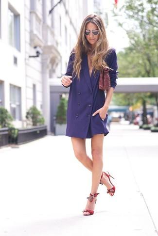 Cómo combinar: cartera sobre de cuero burdeos, sandalias de tacón de cuero rojas, vestido de esmoquin azul marino