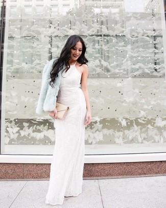 Cómo combinar: cartera sobre de cuero acolchada en beige, vestido de noche de encaje con print de flores blanco, chaqueta de piel celeste
