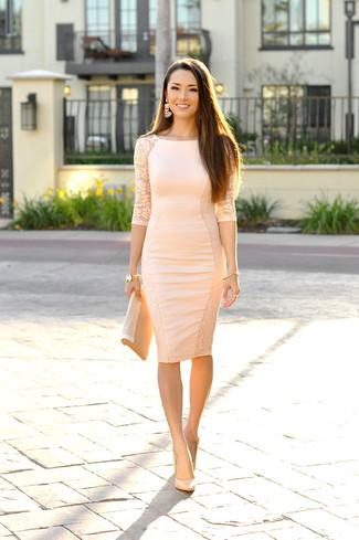eb78a12066 Cómo combinar un vestido ajustado en beige con unos zapatos de tacón ...