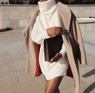 Cómo combinar: cartera sobre de cuero estampada en marrón oscuro, vestido jersey de punto en beige, abrigo en beige