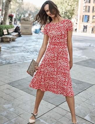 Cómo combinar: cartera sobre de cuero gris, zapatos de tacón de cuero en beige, vestido midi a lunares rojo