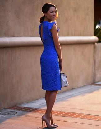 Cómo combinar: cartera sobre de cuero gris, zapatos de tacón de cuero marrón claro, vestido ajustado de encaje azul