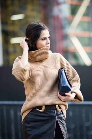 Cómo combinar: cartera sobre de cuero negra, falda lápiz de cuero con recorte negra, jersey de cuello alto de punto marrón claro