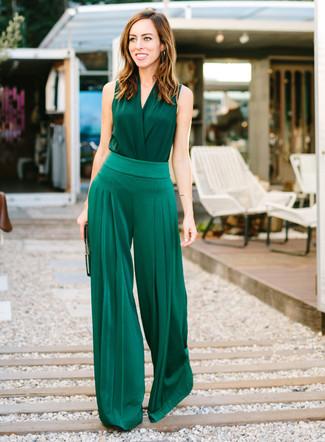 Combinar unos pantalones anchos verde oscuro: Considera ponerse una blusa sin mangas de seda verde oscuro y unos pantalones anchos verde oscuro para conseguir una apariencia relajada pero chic.