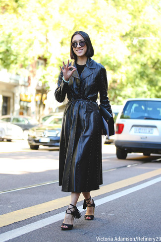 Cómo combinar: cartera sobre de cuero negra, sandalias de tacón de ante negras, gabardina de cuero negra
