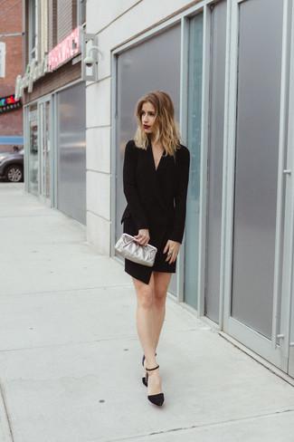 Cómo combinar: cartera sobre de cuero plateada, zapatos de tacón de ante con adornos negros, vestido de esmoquin negro