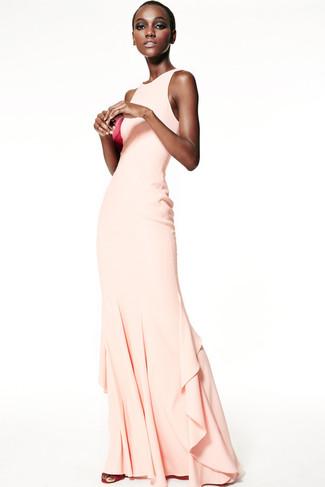 Cómo combinar: cartera sobre de cuero rosa, sandalias de tacón de cuero rosa, vestido de noche en beige