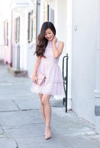 Cómo combinar: cartera sobre de cuero rosada, zapatos de tacón de cuero en beige, vestido de vuelo de encaje violeta claro