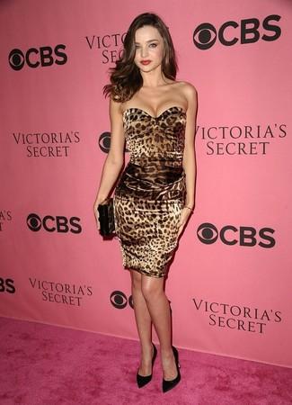 Outfits mujeres: Haz de un vestido ajustado de leopardo marrón tu atuendo para una apariencia fácil de vestir para todos los días. Zapatos de tacón de satén negros son una opción estupenda para completar este atuendo.