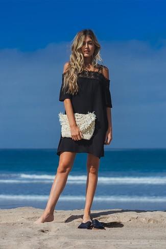 Combinar unas sandalias planas de cuero negras: Utiliza un vestido con hombros al descubierto de encaje negro transmitirán una vibra libre y relajada. Si no quieres vestir totalmente formal, elige un par de sandalias planas de cuero negras.