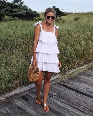 Cómo combinar: cartera sobre de paja marrón claro, sandalias de dedo de cuero marrón claro, vestido amplio con volante blanco