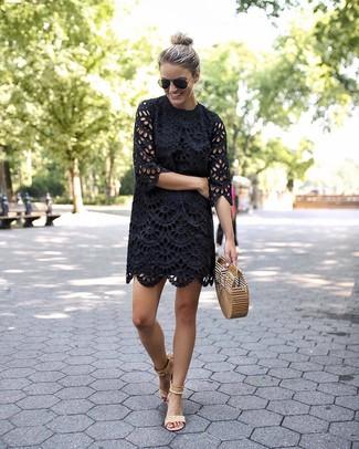 Cómo combinar: cartera sobre de paja marrón claro, sandalias de tacón de ante en beige, vestido recto con ojete negro