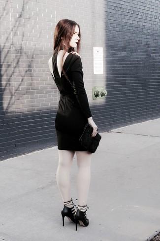 Cómo combinar: cartera sobre de pelo negra, zapatos de tacón de cuero con recorte negros, vestido ajustado con recorte negro