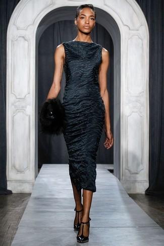 Cómo combinar: cartera sobre de pelo negra, zapatos de tacón de cuero negros, vestido tubo de satén negro