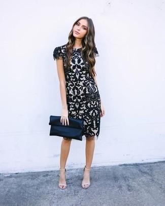 Cómo combinar: cartera sobre de satén azul marino, sandalias de tacón de cuero en beige, vestido tubo de encaje en negro y blanco