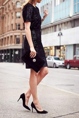 Cómo combinar: cartera sobre de terciopelo con adornos negra, zapatos de tacón de ante negros, vestido tubo de lentejuelas negro