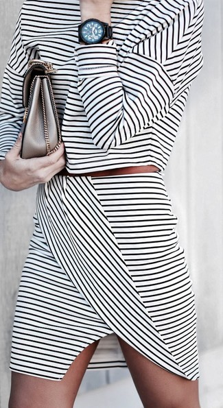 Cómo combinar: reloj negro, cartera sobre de cuero dorada, minifalda de rayas horizontales en blanco y negro, jersey corto de rayas horizontales en blanco y negro