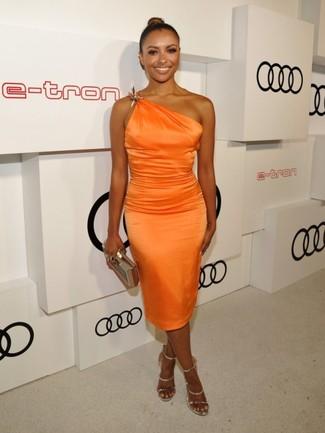 Cómo combinar: cartera sobre dorada, sandalias de tacón de cuero doradas, vestido tubo de seda naranja