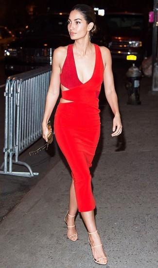 Outfits mujeres: Utiliza un vestido tubo con recorte rojo para una vestimenta cómoda que queda muy bien junta. Sandalias de tacón de cuero en beige son una opción muy buena para complementar tu atuendo.