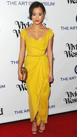 Cómo combinar: pendientes dorados, cartera sobre dorada, sandalias de tacón de cuero rojas, vestido tubo amarillo