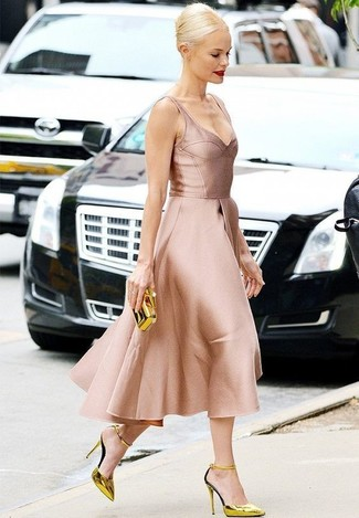Cómo combinar: cartera sobre dorada, zapatos de tacón de cuero dorados, vestido de vuelo de satén rosado