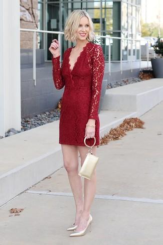 Cómo combinar: pulsera dorada, cartera sobre de cuero dorada, zapatos de tacón de cuero dorados, vestido tubo de encaje rojo