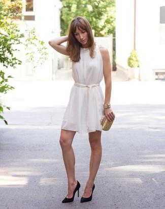 Cómo combinar: pulsera dorada, cartera sobre dorada, zapatos de tacón de ante negros, vestido amplio de seda blanco