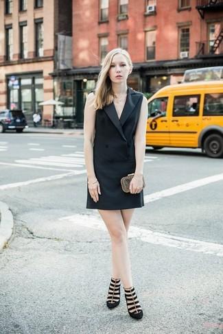 Cómo combinar: pulsera dorada, cartera sobre dorada, zapatos de tacón de ante negros, vestido de esmoquin negro