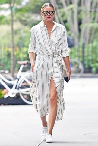 Look de Olivia Palermo: Gafas de sol en marrón oscuro, Cartera sobre de ante en beige, Tenis blancos, Vestido camisa de rayas verticales blanca
