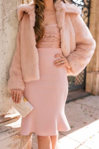 Cómo combinar: cartera sobre en beige, vestido tubo rosado, chaqueta de piel rosada