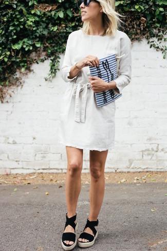 Outfits mujeres: Considera ponerse un vestido recto blanco para un conjunto de oficina con estilo. Si no quieres vestir totalmente formal, opta por un par de sandalias con cuña de ante negras.