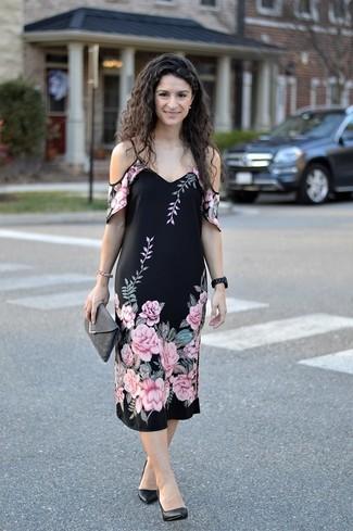 Cómo combinar: reloj de cerámica negro, cartera sobre de ante en gris oscuro, zapatos de tacón de cuero negros, vestido con hombros al descubierto con print de flores negro