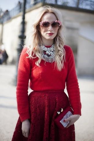 Cómo combinar: gafas de sol rosadas, cartera sobre roja, falda campana de encaje roja, jersey con cuello circular rojo