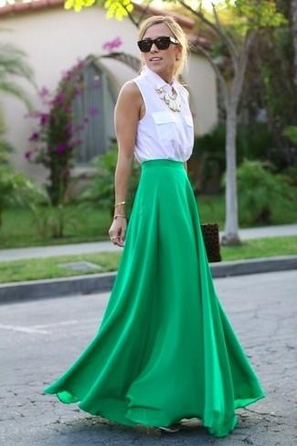 Cómo combinar: gafas de sol negras, cartera sobre de ante de leopardo marrón, falda larga verde, camisa sin mangas blanca