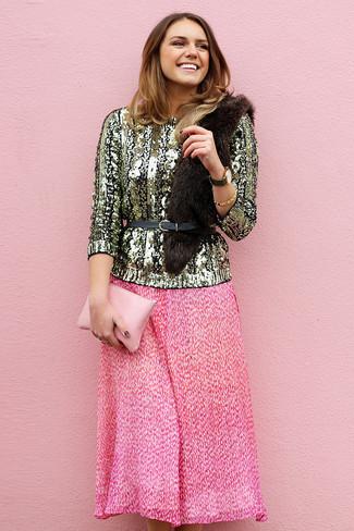 Cómo combinar: cinturón de cuero negro, cartera sobre de cuero rosada, falda midi plisada rosa, jersey con cuello circular de lentejuelas dorado